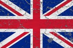 英国的旗子在破裂的肮脏的墙壁上绘了 葡萄酒样式表面上的全国样式 库存例证