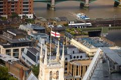 英国的旗子大教堂塔的,与泰晤士河和伦敦桥梁 免版税库存图片
