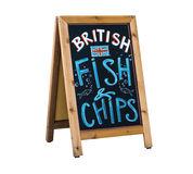 给英国的炸鱼加炸土豆片黑板做广告 库存图片