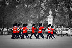 英国皇家卫兵在白金汉宫进行改变卫兵 免版税库存照片