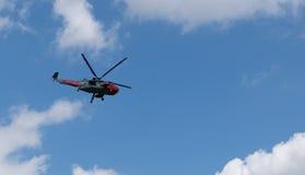 英国皇家海军上面直升机飞行 免版税库存图片