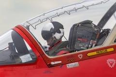 英国皇家空军飞行员在一只红色箭头英国宇宙空间鹰T的驾驶舱内为起飞做准备 1架喷气机教练机 免版税库存照片