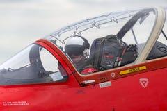 英国皇家空军飞行员在一只红色箭头英国宇宙空间鹰T的驾驶舱内为起飞做准备 1架喷气机教练机 免版税图库摄影