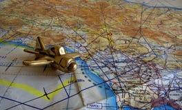 英国皇家空军飞行地图和黄铜飞机 免版税库存图片
