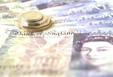 英国硬币和附注 免版税图库摄影