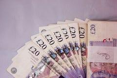 英国磅金钱现金支付薪水赢得货币20pounds收入旅游业大量卷needfull银行收入旅行自由1000 p 免版税库存图片