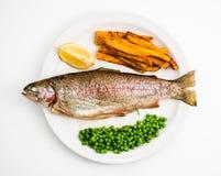 英国筹码鱼快餐桌传统木 鳟鱼,上面 免版税库存图片