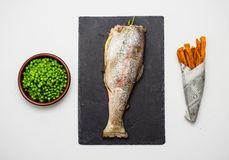 英国筹码鱼快餐桌传统木 鳟鱼,上面 库存照片