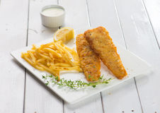 英国筹码鱼快餐桌传统木 油煎的鱼片用炸薯条 库存图片