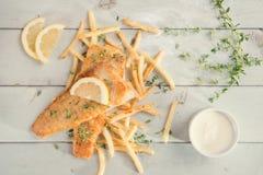 英国筹码鱼快餐桌传统木 库存图片