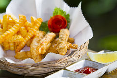 英国筹码鱼快餐桌传统木 库存照片
