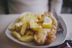 英国筹码鱼快餐桌传统木 免版税库存图片