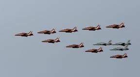 英国红色箭头和皇家巴林空军队的联合空中分列式 库存照片