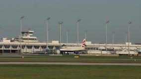 英国航空公司乘出租车在跑道,慕尼黑机场的空中客车