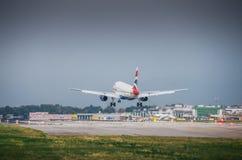 英国航空公司商业飞机在米兰` s利纳泰区机场登陆 利纳泰区是为许多短和m服务的意大利航空的一个主要插孔 库存照片