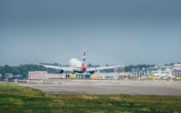 英国航空公司商业飞机在米兰` s利纳泰区机场登陆 利纳泰区是为许多短和m服务的意大利航空的一个主要插孔 免版税库存照片