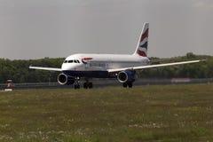 英国航空公司空中客车A320-232航空器为从跑道的起飞做准备 库存图片