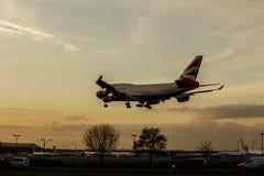 英国航空公司Passneger喷气机在日落的接进着陆 布尔人 免版税图库摄影