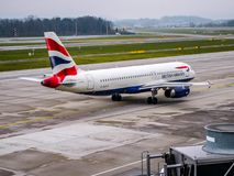 英国航空平面乘出租车在苏黎世机场 免版税库存照片