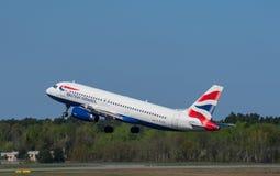 英国航空空中客车A320飞机在柏林特赫尔机场离开 免版税图库摄影