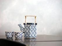 英国茶罐和杯子在桌上 库存照片