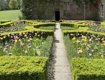 英国规则式园林春天 库存照片