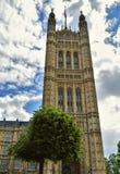 英国议会耸立和多云天空,伦敦 库存照片