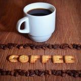 英国词& x22; Coffee& x22; 组成盐薄脆饼干信件 库存照片