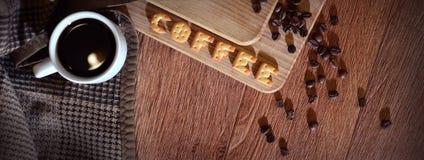 英国词& x22; Coffee& x22; 组成盐薄脆饼干信件 免版税库存图片