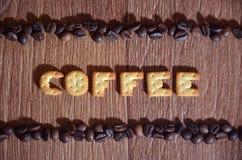 英国词& x22; Coffee& x22; 组成盐薄脆饼干信件 免版税图库摄影