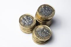 英国金钱,堆1英镑硬币 免版税库存照片