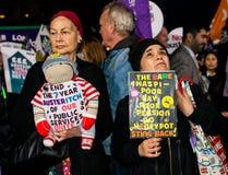 英国需要薪水上升-现在结束盖帽抗议游行 免版税库存图片