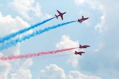 英国飞行员红色箭头飞行在airshow 图库摄影