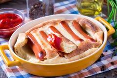英国食物:在孔的蟾蜍到在桌上的烘烤盘里 免版税图库摄影