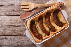 英国食物:在孔的蟾蜍到烘烤盘里 水平 免版税库存照片
