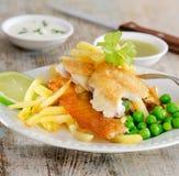 英国食物-炸鱼加炸土豆片 库存照片