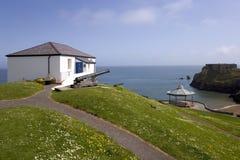 英国, Tenby,城堡小山老海岸警备队房子 春天阳光 图库摄影