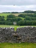 英国: 与窗框的石块墙 免版税图库摄影
