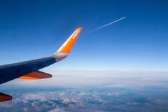 英国 伦敦, 12月14日 2014年 在云彩上的容易的喷气机飞行 库存图片