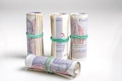英国货币 二十磅笔记四卷由橡皮筋儿举行了 库存照片
