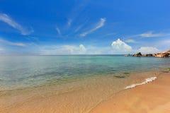 英国细致的空白海岛海岛掌上型计算机天堂沙子含沙唾液结构树绿松石处女的水 酸值Samui,泰国 图库摄影