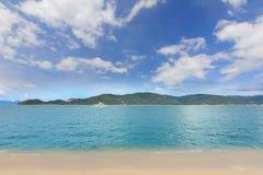 英国细致的空白海岛海岛掌上型计算机天堂沙子含沙唾液结构树绿松石处女的水 酸值Samui,泰国 库存照片