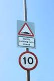 英国10英里/小时限速和交通镇定的减速块签字 免版税图库摄影