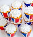 英国主题的merengue杯形蛋糕用乳脂干酪 免版税图库摄影
