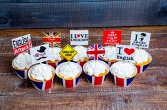 英国主题的merengue杯形蛋糕用乳脂干酪 图库摄影