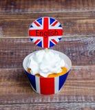 英国主题的merengue杯形蛋糕用乳脂干酪 库存照片