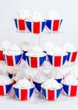 英国主题的merengue杯形蛋糕用乳脂干酪 免版税库存照片