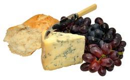 英国Stilton乳酪用葡萄和面包 免版税库存图片