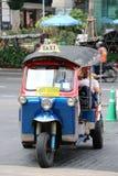 英国Tuk是作为有乘客的一辆出租汽车使用的一辆单轮动力化的车路的在Ploenchit路 库存照片