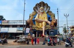 54英尺在寺庙的高Shiridi SaiBaba雕象 免版税库存图片